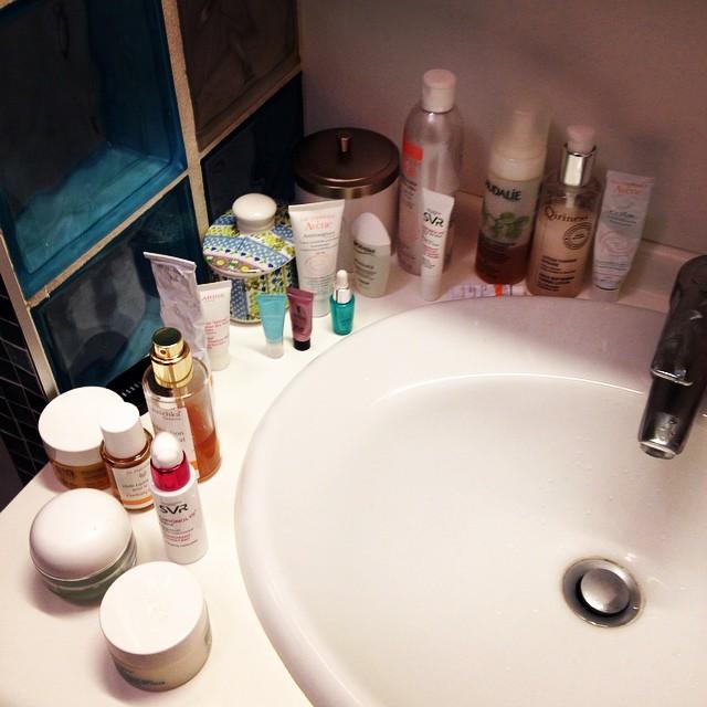 Checker et trier les produits de beauté de la sdb d'une amie... ?#salledebain #beautyaddict #latergram #drhauschka #nuxe #biotherm  #caudalie #svr #bioderma #qiriness #avène #clarins #salledebain #bathroom