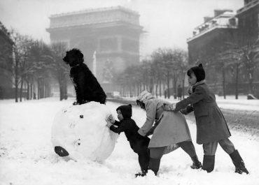 enfants-jouent-neige-paris-1930-arc-de-triomphe-salut-paris-les-plus-belles-photos-de-paris-sous-la-neige-1930