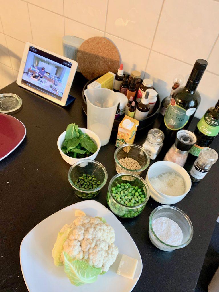 cuisine et confinement préparation d'une recette de Cyril Lignac : gnocchis de chou fleur au pesto de petits pois à la menthe